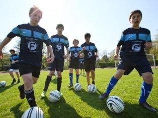 Fußballer mit Trikots und Ball