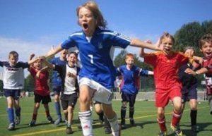 Kinder jubeln beim Fußball