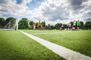 Kinder auf Fußball Kunstrasenplatz