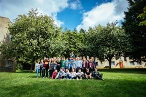 Gruppenbild Wiese Campus Bath