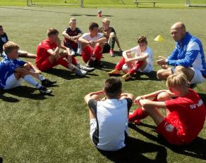 Qualifiziert Betreuung im Fußballcamp