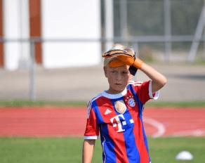 Ferienfussball Junge mit Münchentrikot