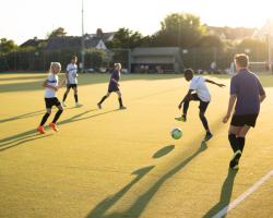Kinder auf Fussball und Sprachreise England