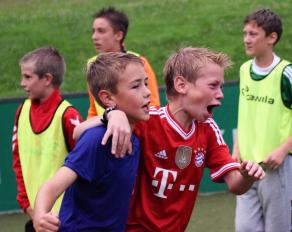 Fußballschule Jubelnde Fußballer
