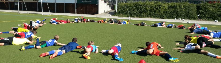Kinder liegen im Kreis - Fußballcamps mit Übernachtung