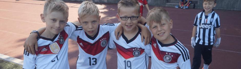 Fußball Ferienlager mit Jungs im Deutschland Trikot