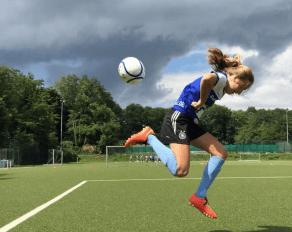 Mädchen Profi Camp Fußball Ball hochhalten