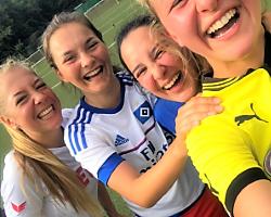 lachende Mädchen im Mädchen Fußballcamp