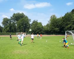 Jungs die Fussball spielen