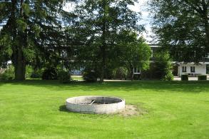 Schullandheim Dinkelscherben Feuerstelle und Haus