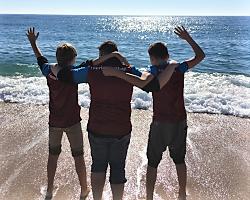 Jungs am Strand im Fußballcamp Barcelona