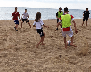 Fußball am Starnd Kinder