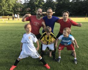 Väter und Söhne posieren im Fußballcamp