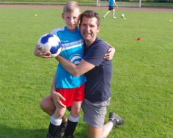 Vater mit Sohn auf Fußballplatz
