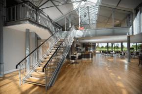 Das moderne und neue Café im College