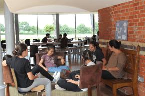 Gemütliche Sitzgelegenheiten laden zum Erzählen mit anderen Campteilnehmern ein