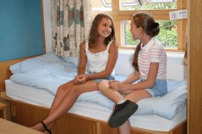 Zwei Freundinnen in ihrer College-Unterkunft