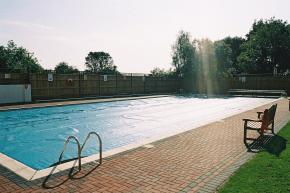Der Outdoor-Pool als Teil des abwechslungsreichen Sportprogrammes