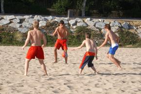 Beachsoccer als beliebte Freizeitbeschäftigung im Camp