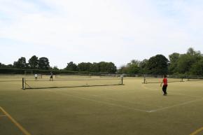 Tennis als weitere Sportaktivität im Sportcamp