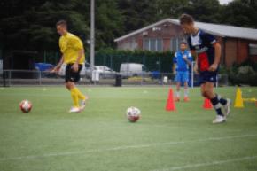 Fußballtraining auf Rasen- und Kunstrasenplätzen